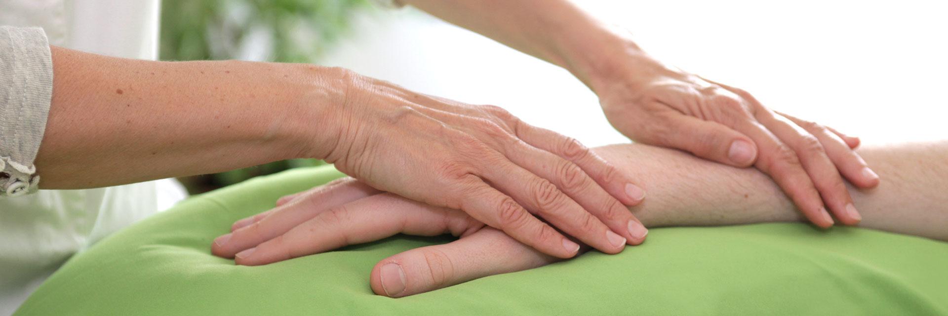 Therapeutin legt Hände auf